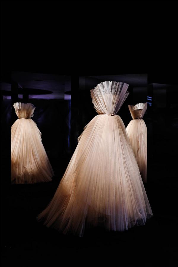 """4.41 迪奥小姐高订时装裙-玛丽亚嘉茜娅蔻丽为迪奥设计的""""伟大的秘密""""礼裙,二零一八春夏高级订制系列.jpg"""