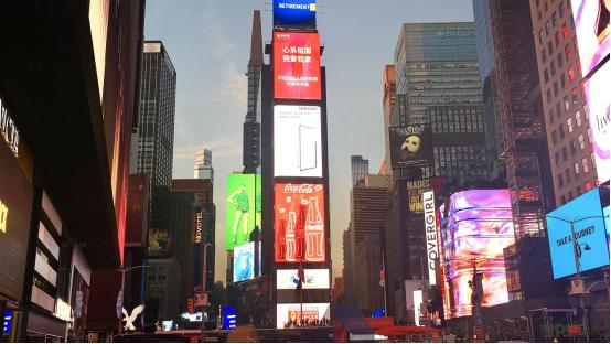 庆国庆 展风采 我爱我家代表首家中国房地产经纪行业公司登陆纽约时代广场